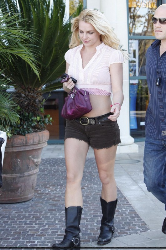 britney-spears-in-shorts-out-in-calabasas-candids-04