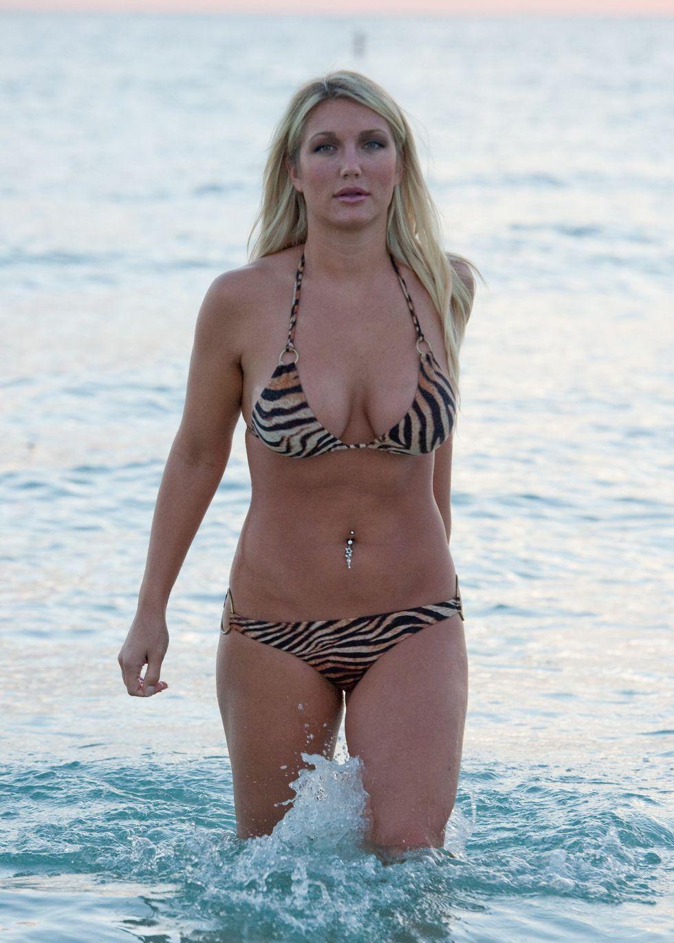 Brooke hogan bikini bulge
