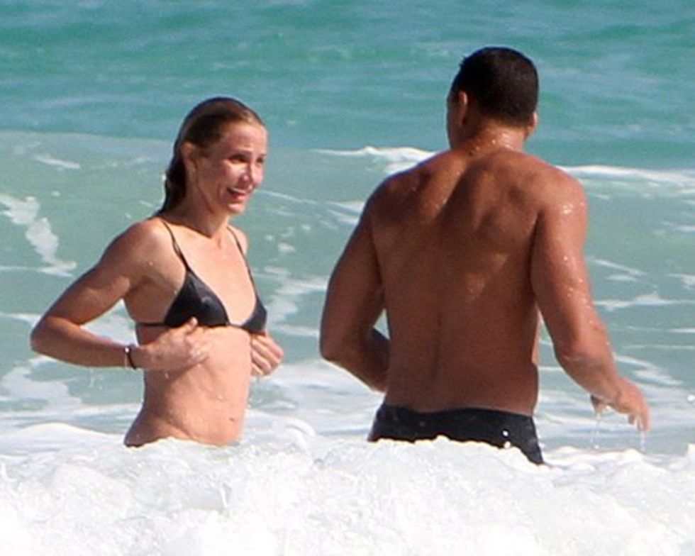 cameron-diaz-and-alex-rodriguez-on-the-beach-in-miami-04