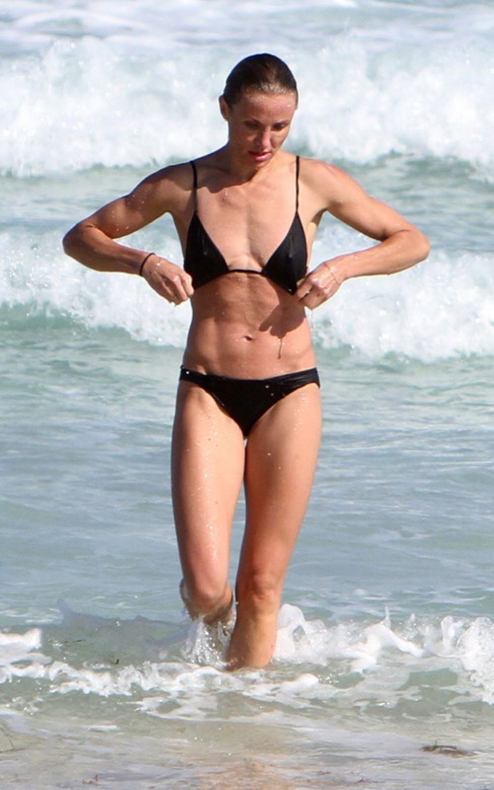 cameron-diaz-and-alex-rodriguez-on-the-beach-in-miami-06