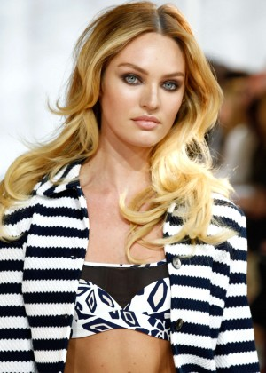 Candice Swanepoel Doing Catwalk at Diane Von Furstenberg at NYFW S/S 2015