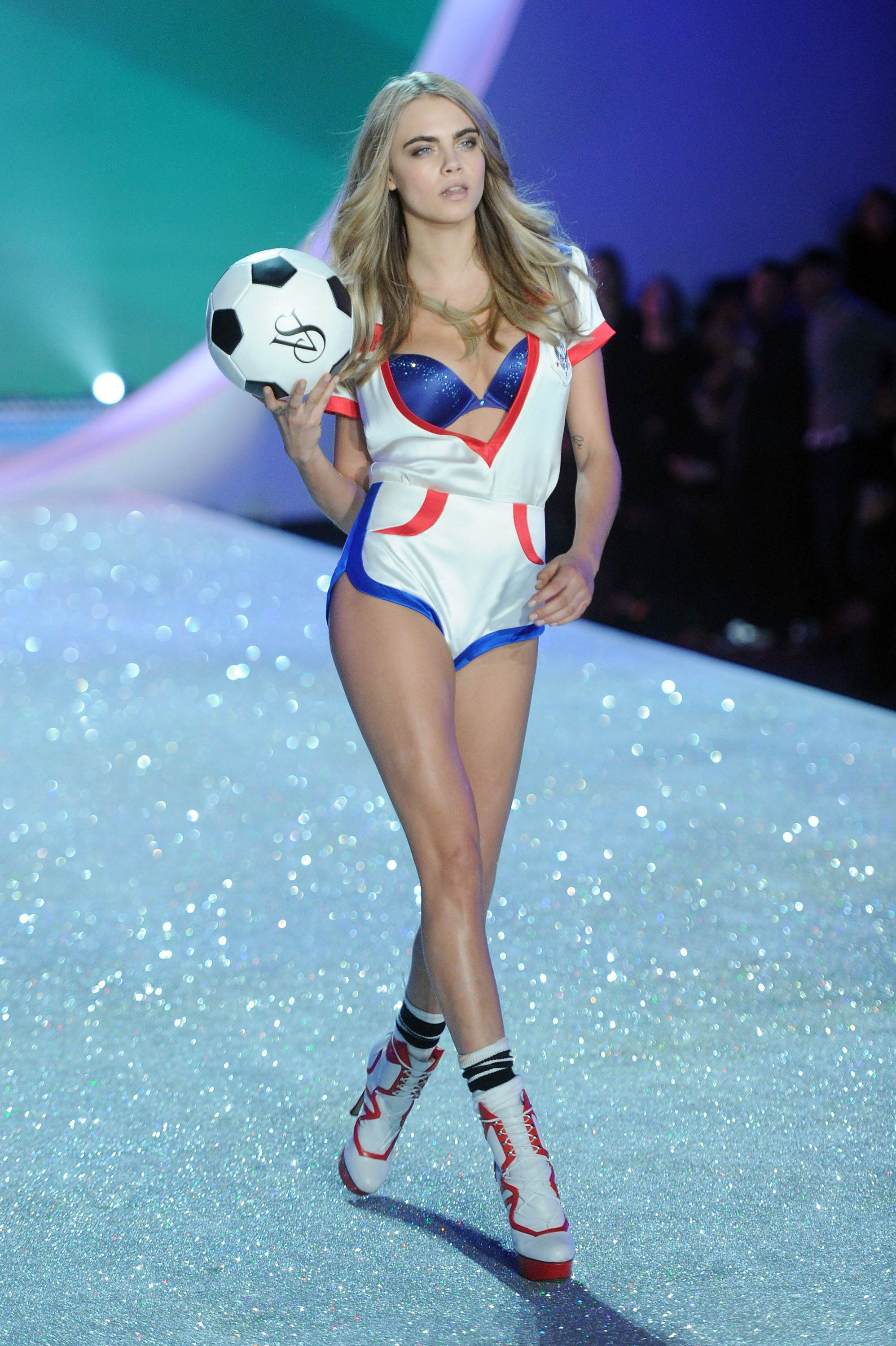 Cara Delevingne Victorias Secret Fashion Show Runway