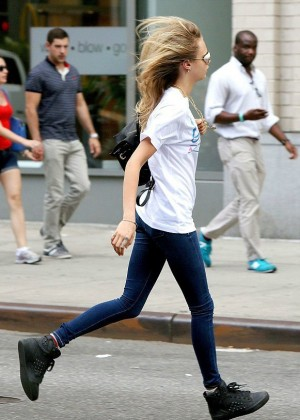 Cara Delevingne in Tight Jeans Going to a Metting in New York City