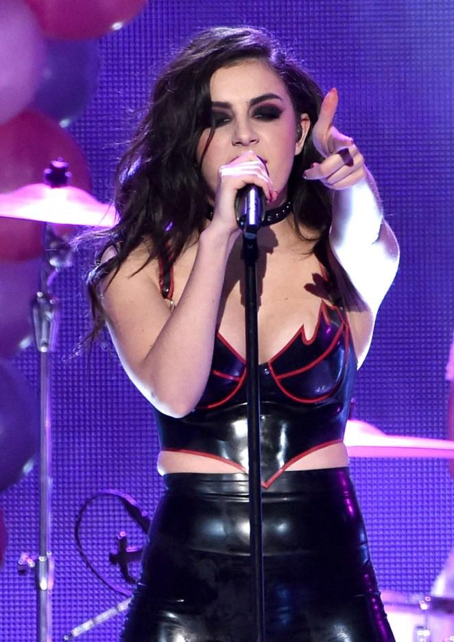 Charli xcx 2014 american music awards 08 gotceleb for Lindsay aitchison