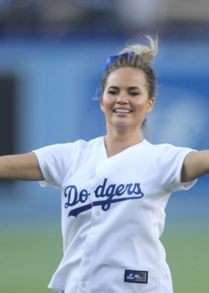 Chrissy teigen threw the ceremonial first pitch at dodger stadium