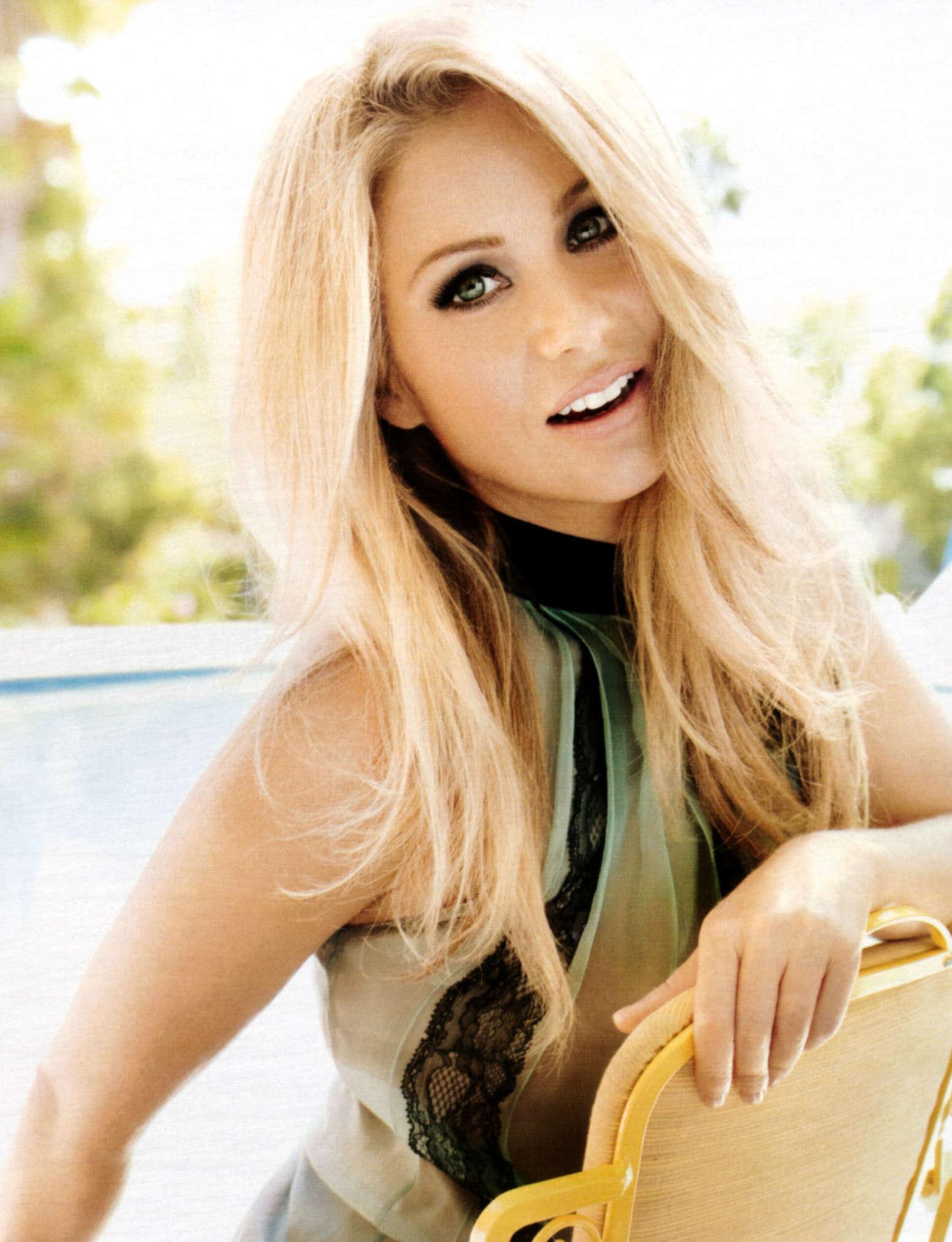 More Magazine November 2014 Issue: Christina Applegate