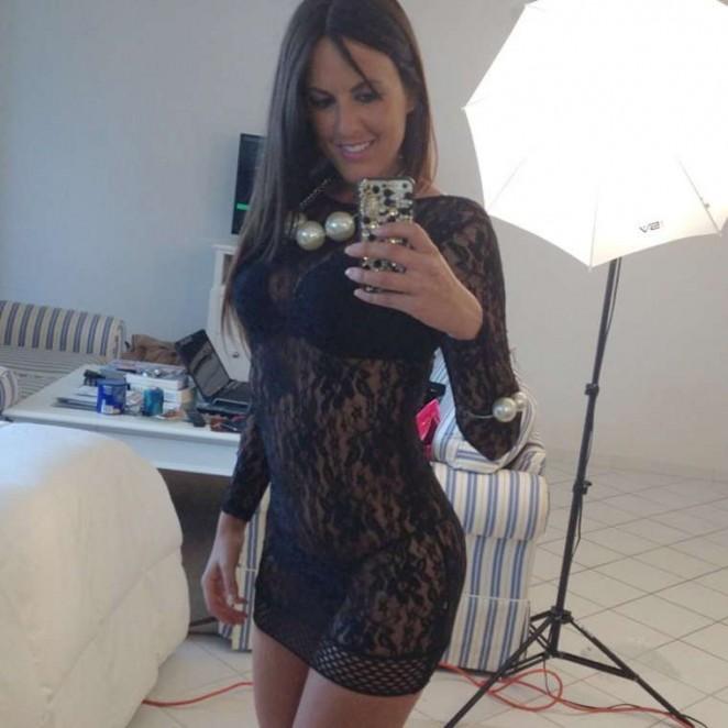 Claudia Romani Snaps a Selfie