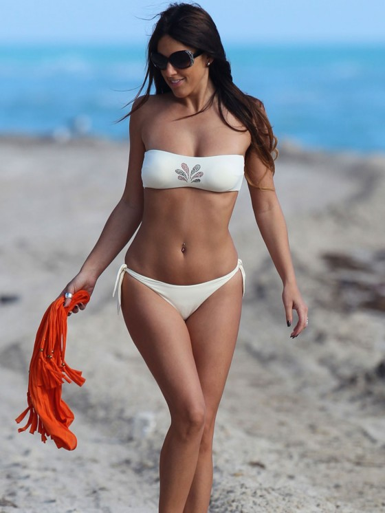 Claudia Romani In Bikini-03