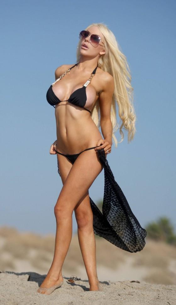 Courtney Stodden – Wearing Black Bikini in California