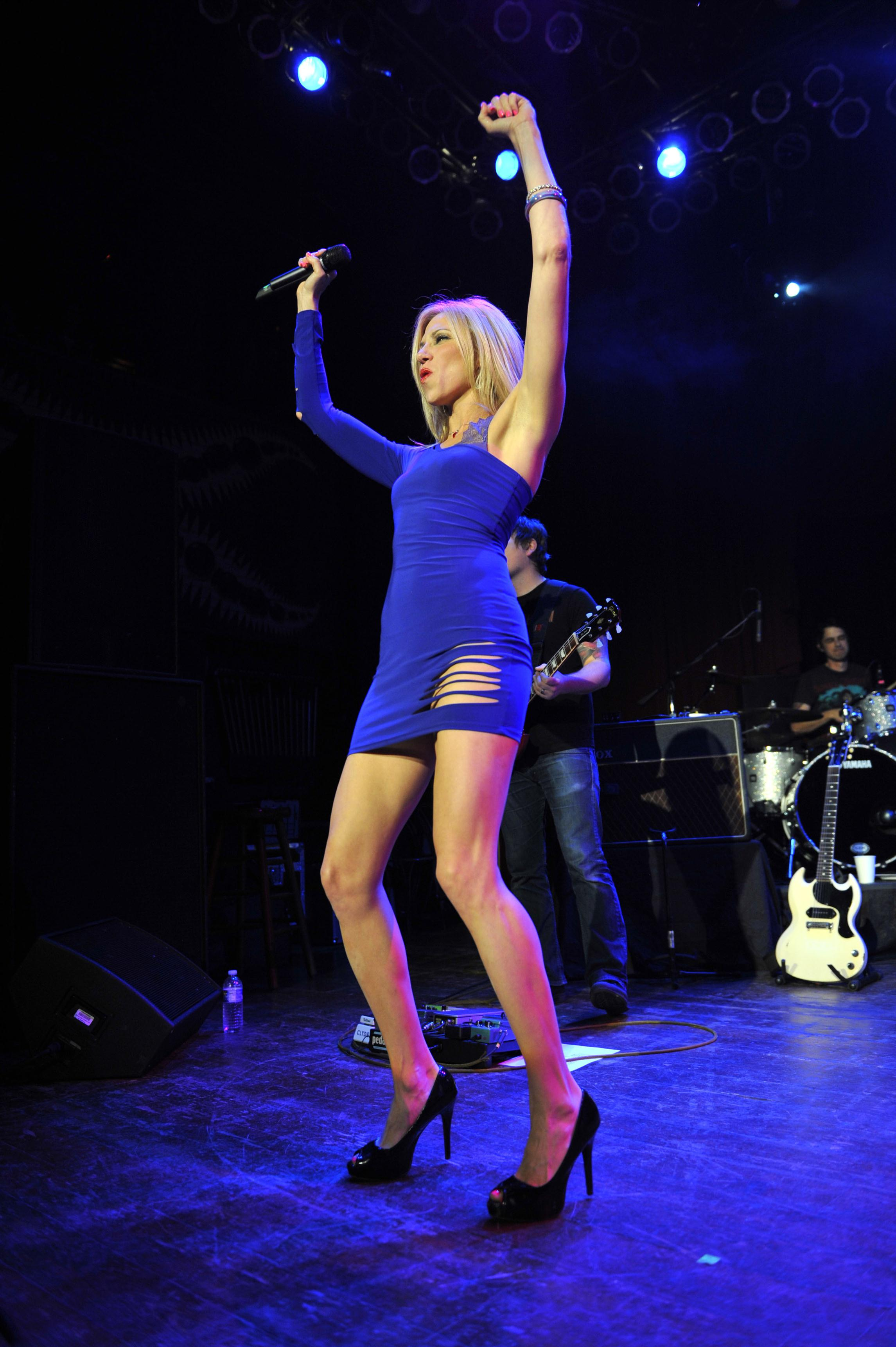 Debbie gibson house of blues performance in blue tight for Performance house