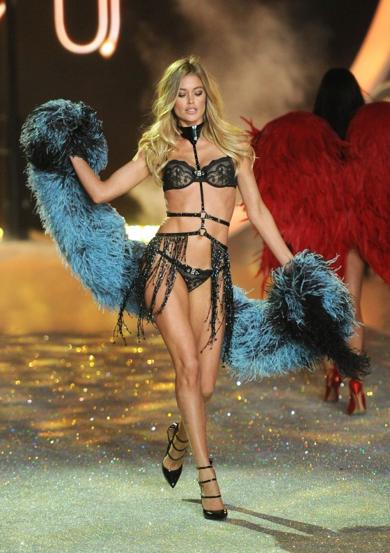 a3d33c0eff Doutzen Kroes – 2013 Victoria s Secret Fashion Show Runway in NYC ...