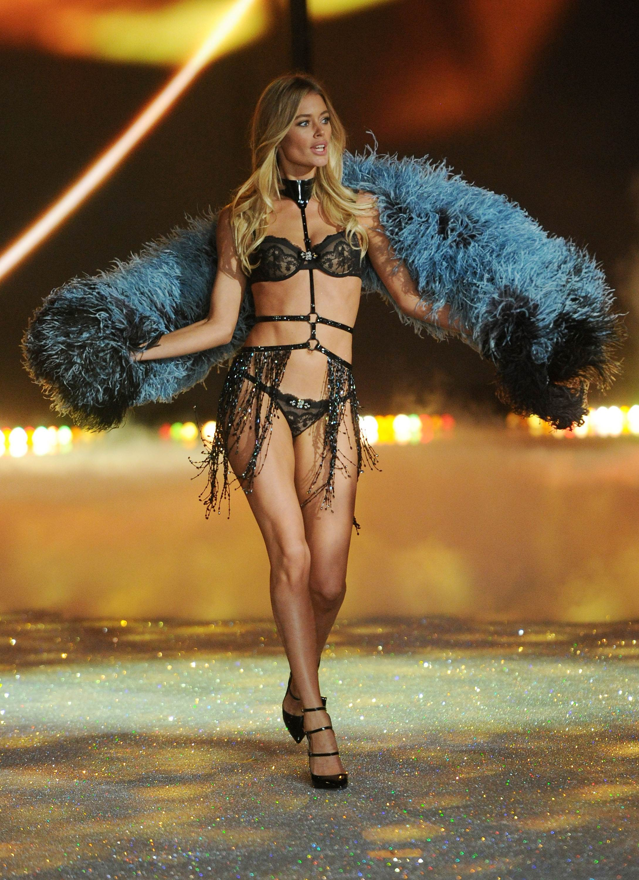 db7ad99e5d Doutzen Kroes – Victorias Secret Fashion Show Runway 2013 -08 – GotCeleb