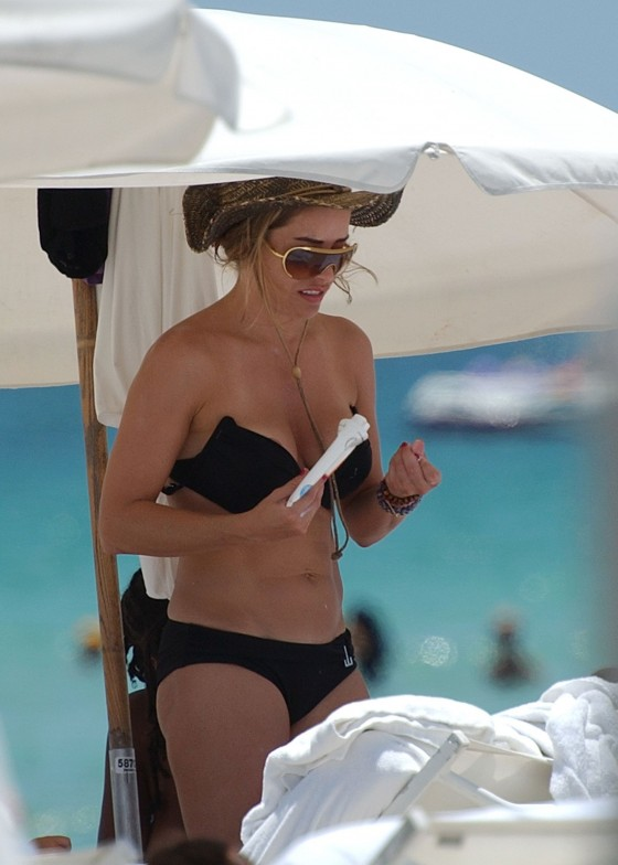 elen-rivas-black-bikini-candids-on-miami-beach-01