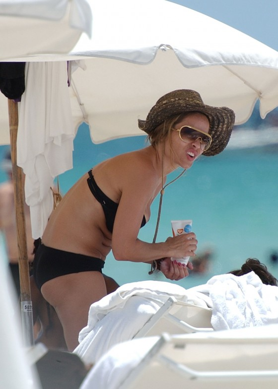 elen-rivas-black-bikini-candids-on-miami-beach-03