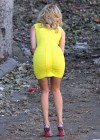 Elizabeth Banks - Looking Hot in yellow dress-11