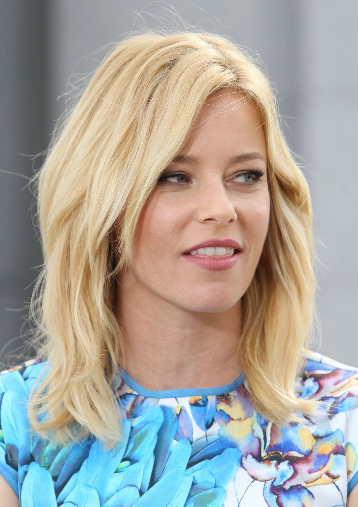 Elizabeth Banks on Extra set -10