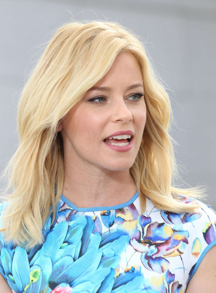 Elizabeth Banks on Extra set -24
