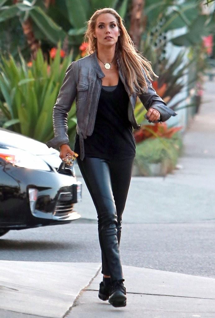 elizabeth berkley  leather pants