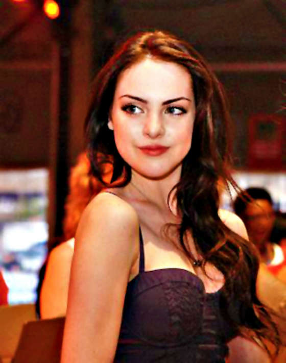 Elizabeth Gillies Hot in Twitter and Personal Pics