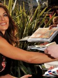 elizabeth-hurley-gnomeo-and-juliet-uk-film-premiere-01