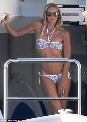 Elle Macpherson Bikini: in Sardinia 2014 -15