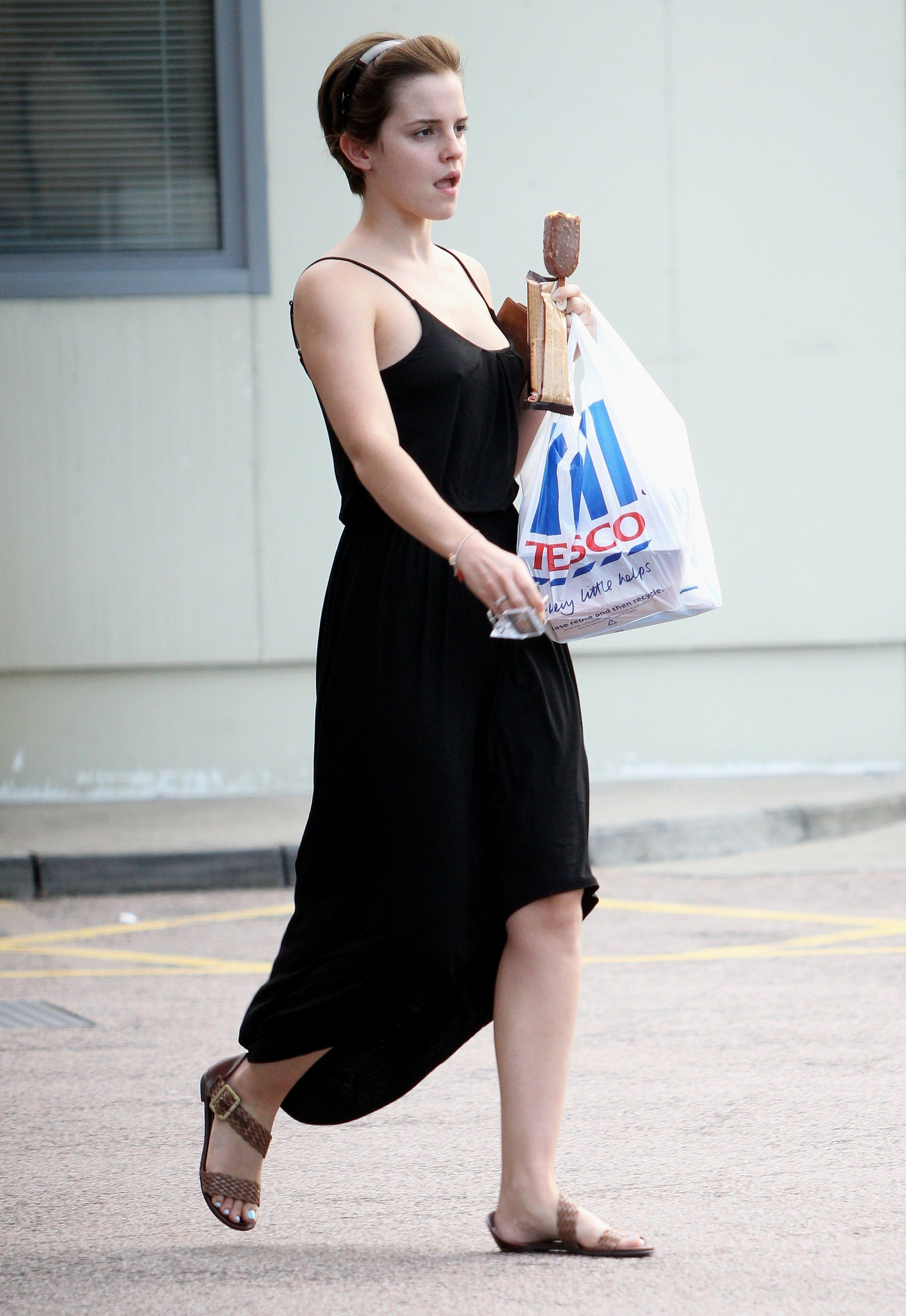 emma-watson-black-dress-candids-london-aug-06-2011-06 ... эмма уотсон