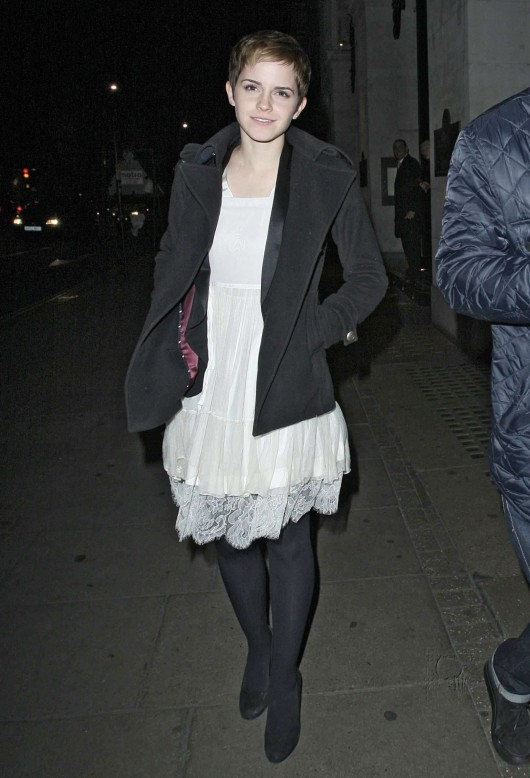 emma-watson-candids-at-the-wolseley-restaurant-in-london-03