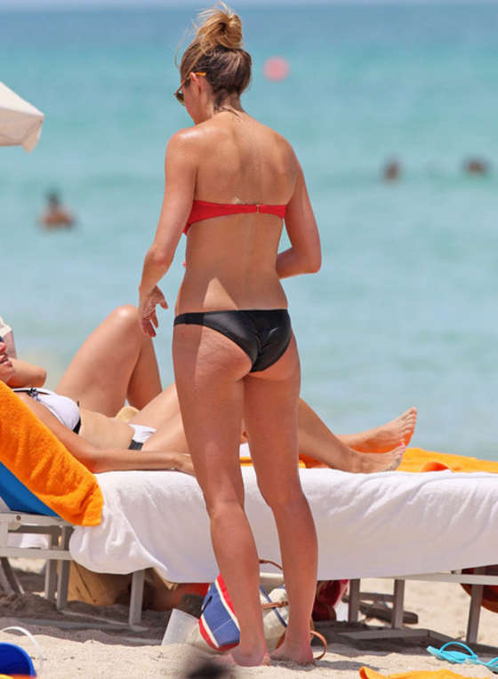 Erin Andrews - Bikini in Miami-14 - 40.8KB