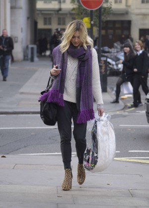 Fearne Cotton in tight jeans -01