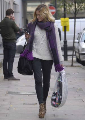Fearne Cotton in tight jeans -02