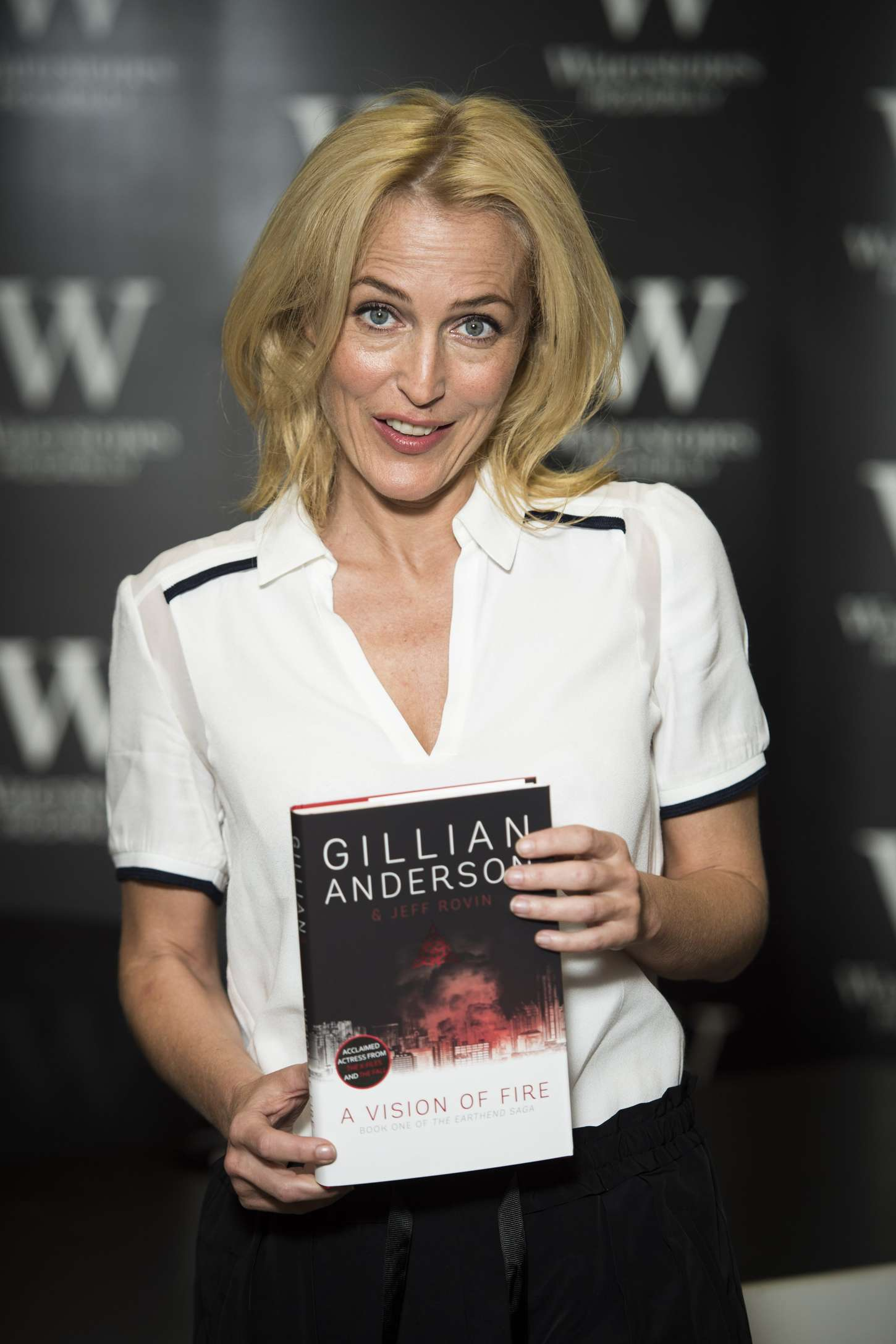 Gillian Anderson 2014 : Gillian Anderson: A Vision of Fire Book Signing -02