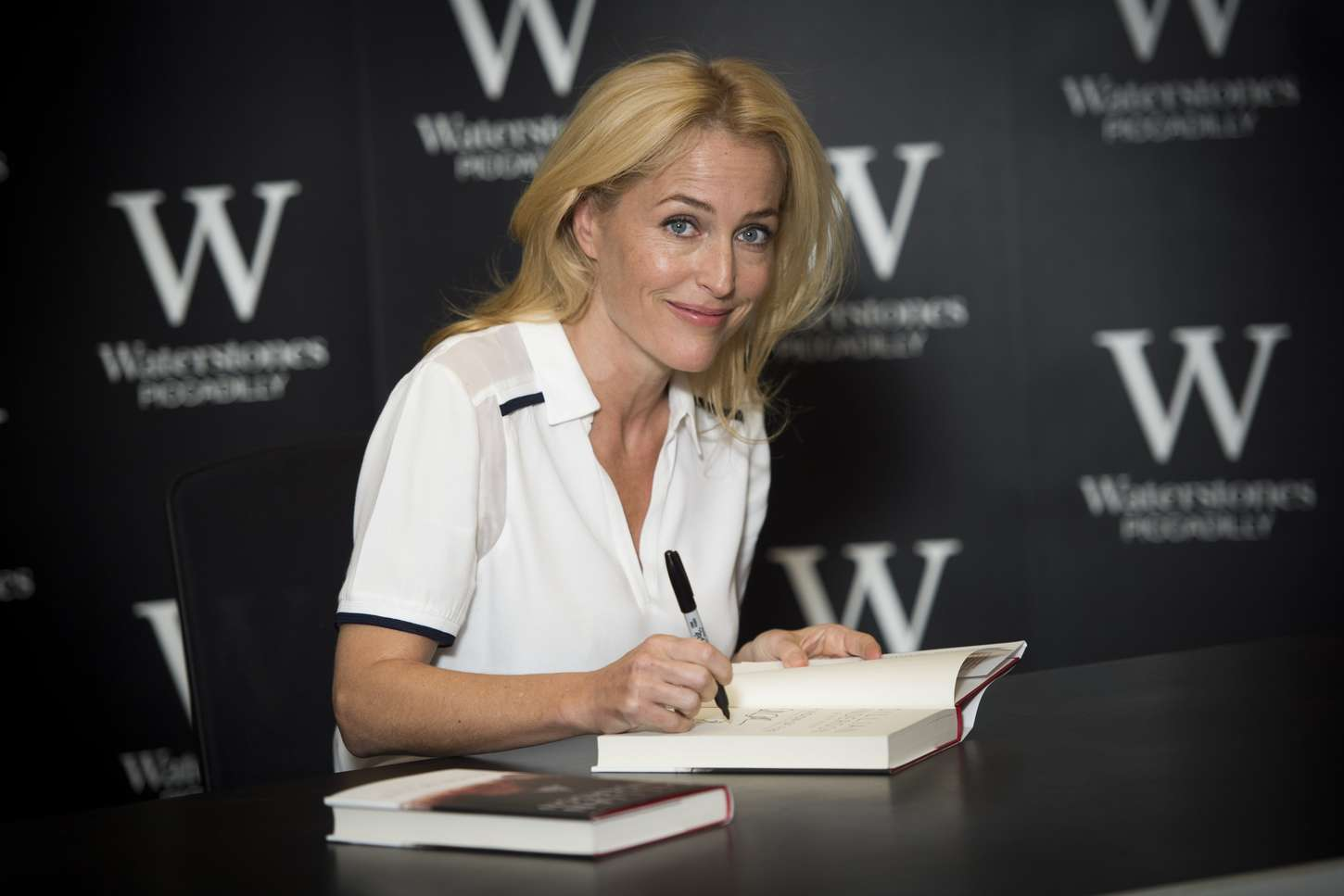 Gillian Anderson 2014 : Gillian Anderson: A Vision of Fire Book Signing -03