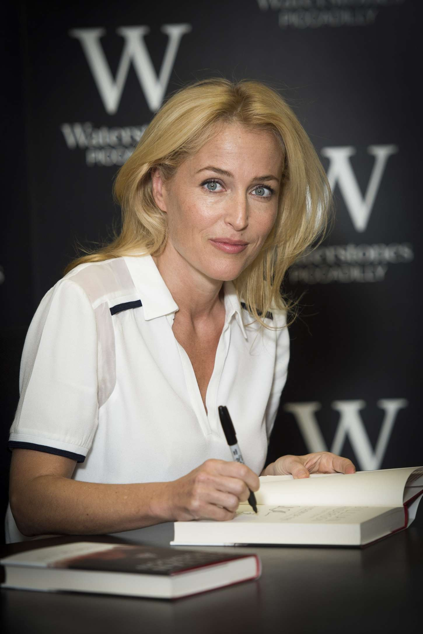 Gillian Anderson 2014 : Gillian Anderson: A Vision of Fire Book Signing -06