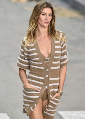 Gisele Bundchen - Chanel Catwalk Fashion Show 2015 in Paris