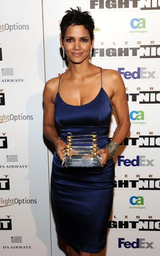 halle-berry-at-muhammad-alis-celebrity-fight-night-xvii-12
