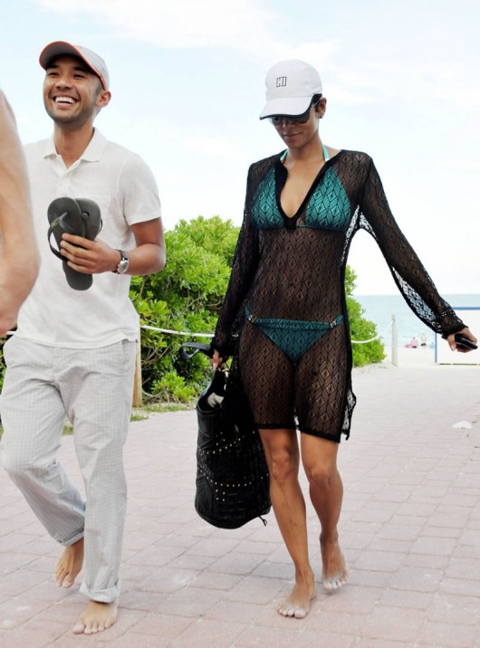 halle-berry-bikini-candids-in-miami-beach-may-2010-07