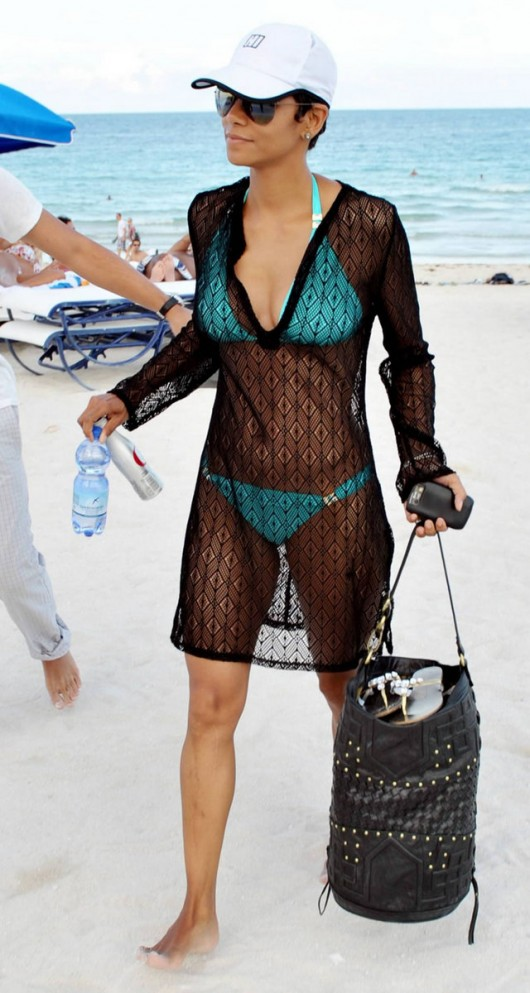 halle-berry-bikini-candids-in-miami-beach-may-2010-09
