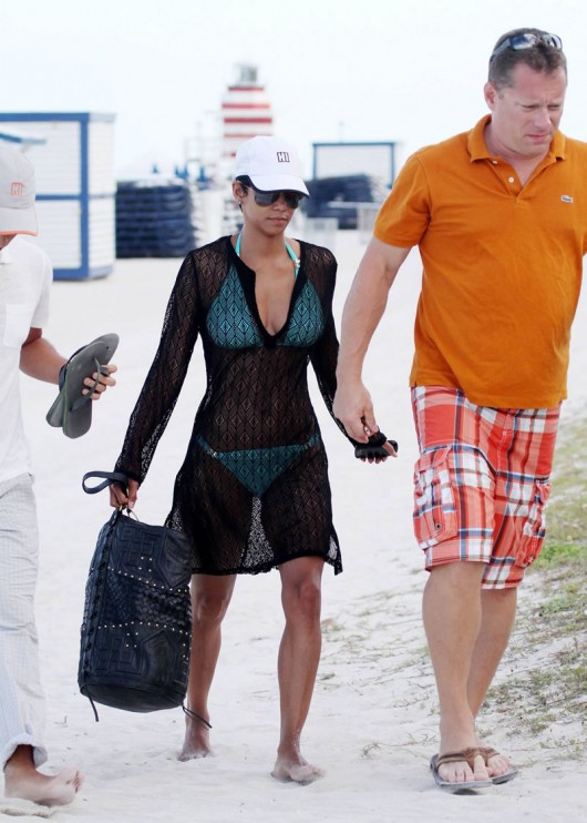 halle-berry-bikini-candids-in-miami-beach-may-2010-10