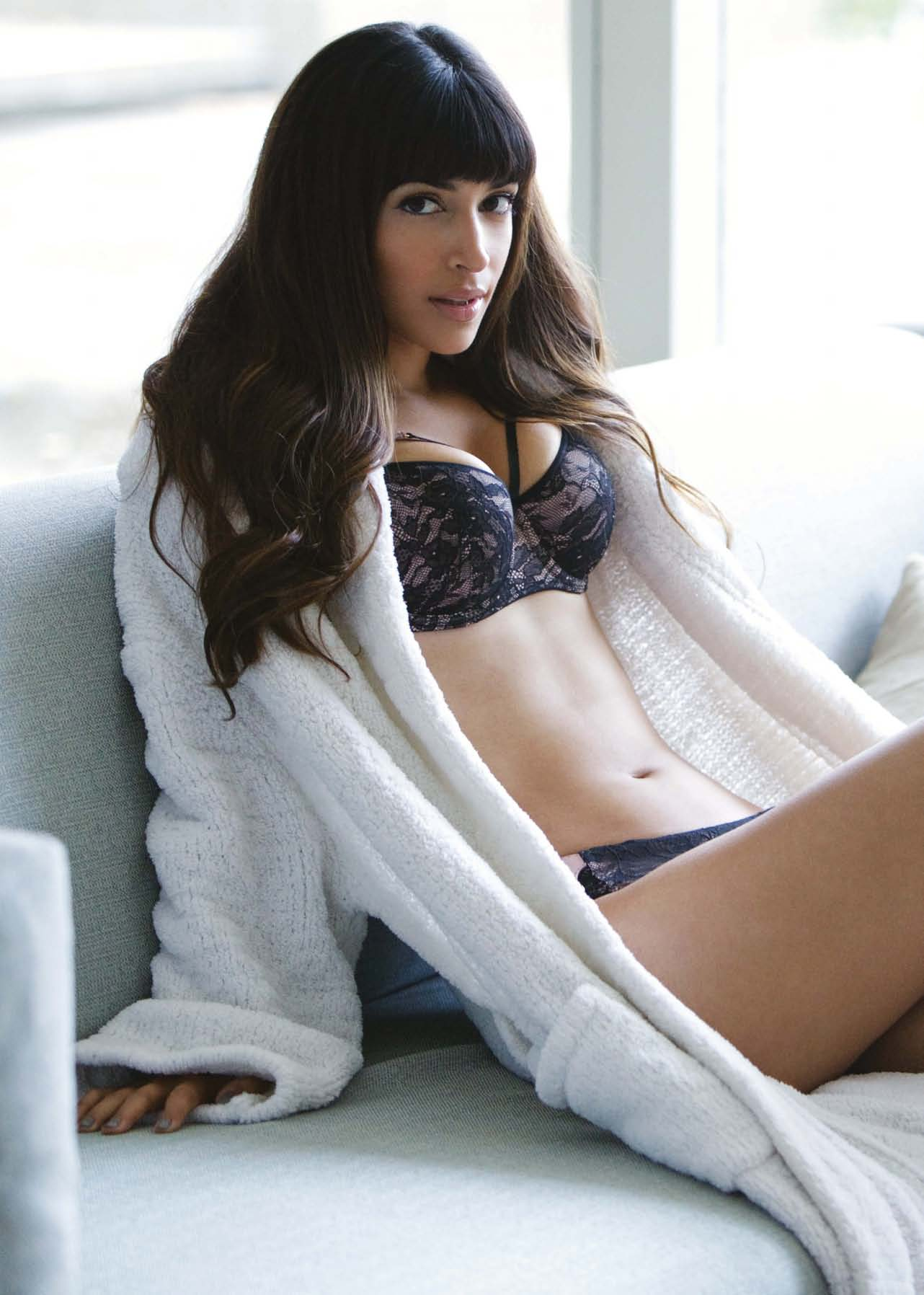 Hannah Simone Hot In Loaded-01  Gotceleb-6253