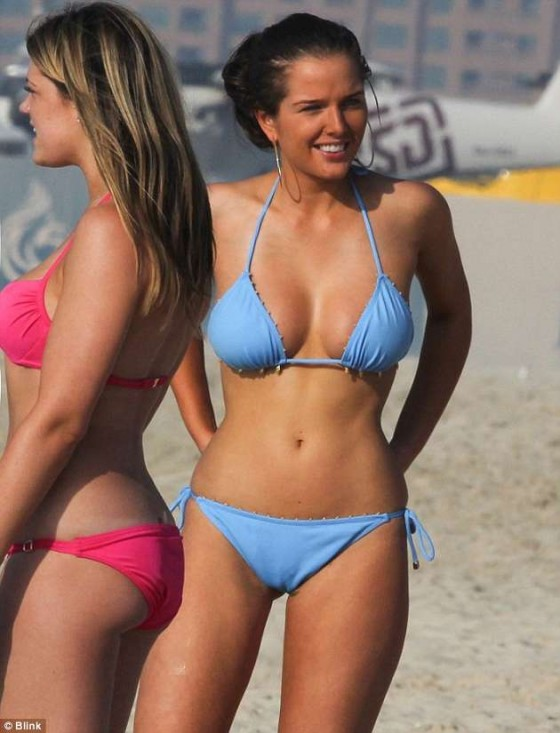 Helen Flanagan Show Hot Bikini Body in Dubai in a blue bikini-02