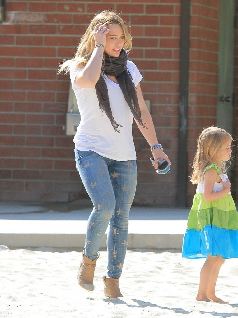 Hilary Duff at Coldwater Canyon Park in Beverly Hills -04