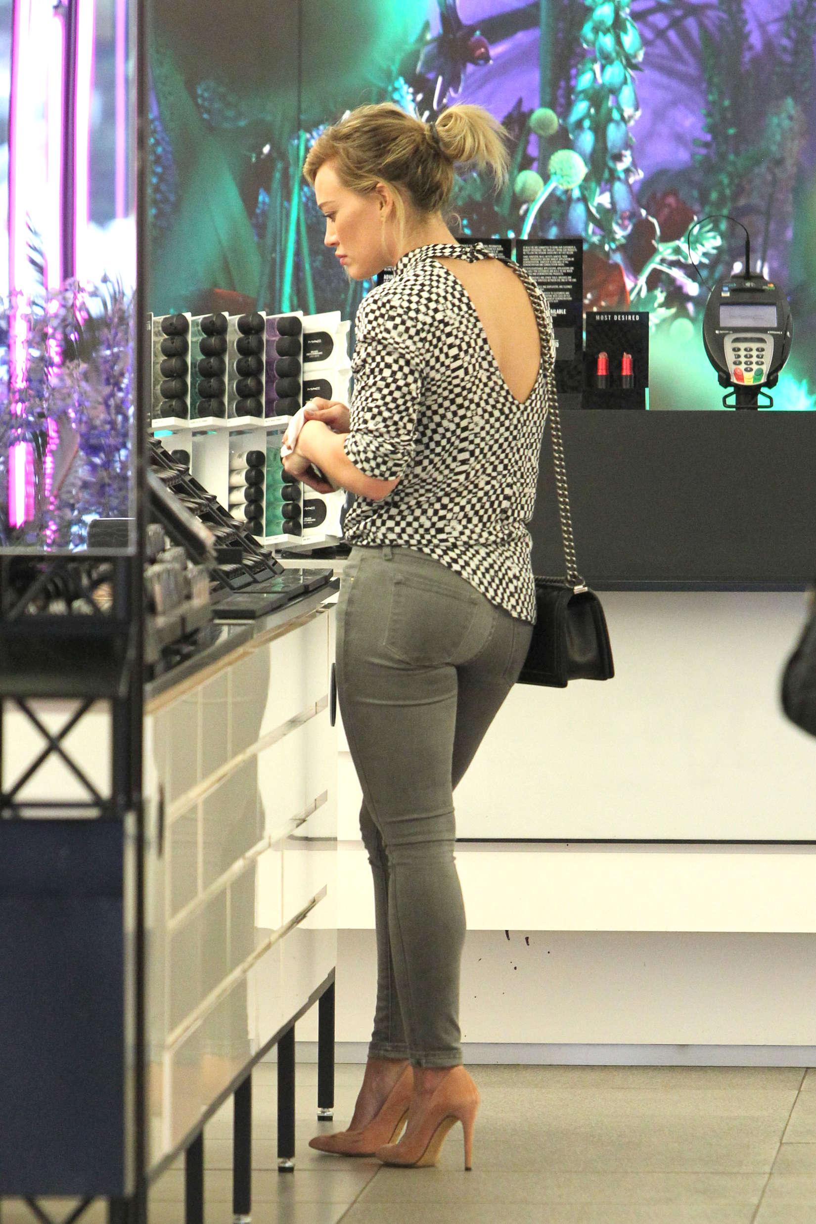 Hilary-Duff-hot-pants--13.jpg