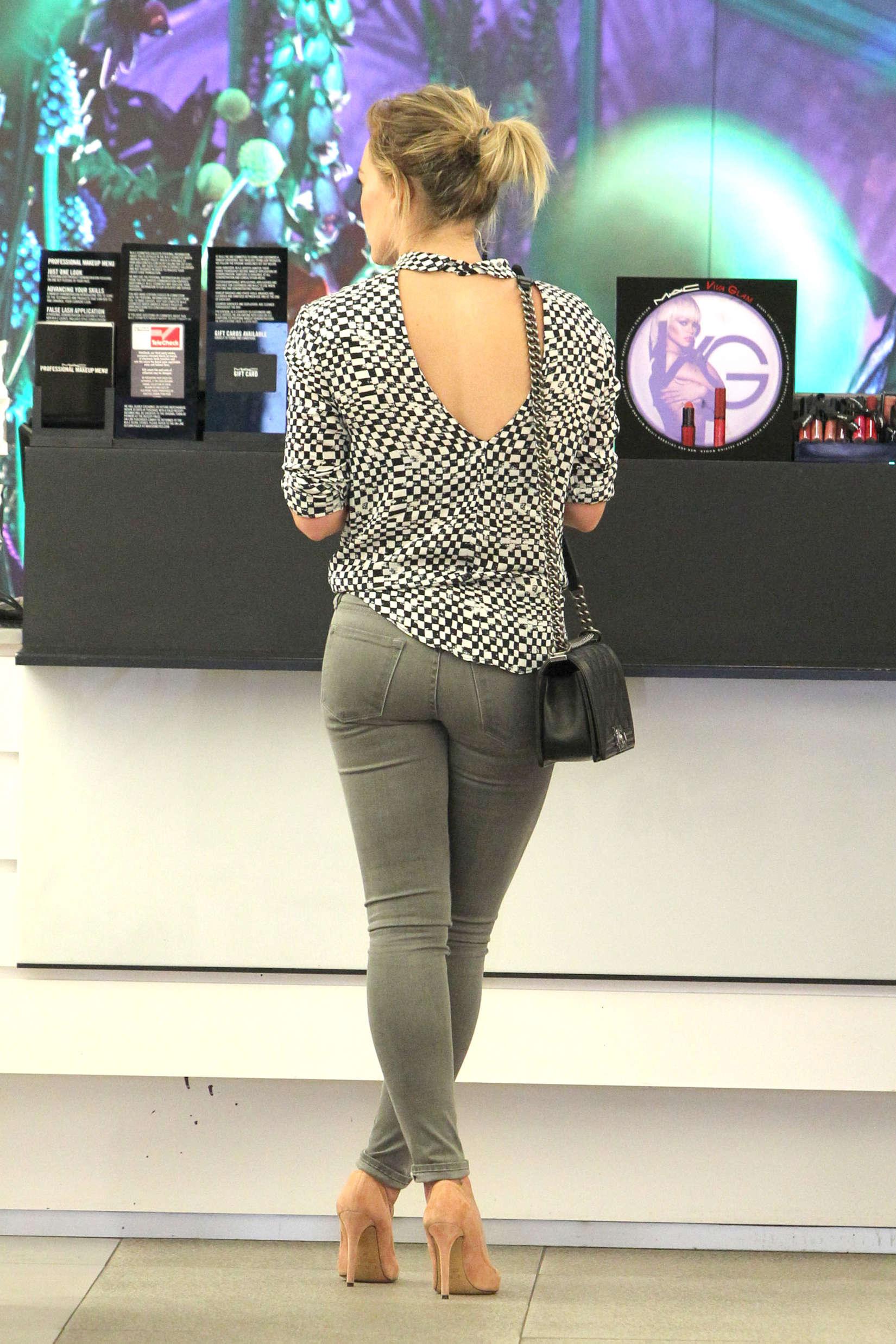 Hilary-Duff-hot-pants--15.jpg