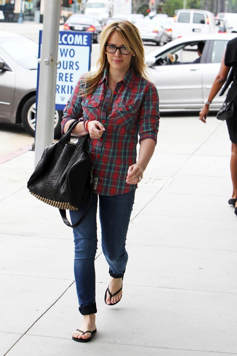 Hilary Duff 2010 : hilary-duff-cleavage-candids-in-glasses-03