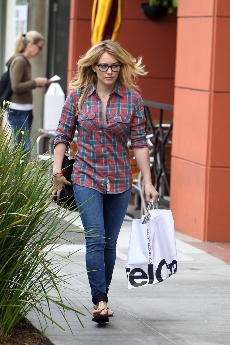 Hilary Duff 2010 : hilary-duff-cleavage-candids-in-glasses-05
