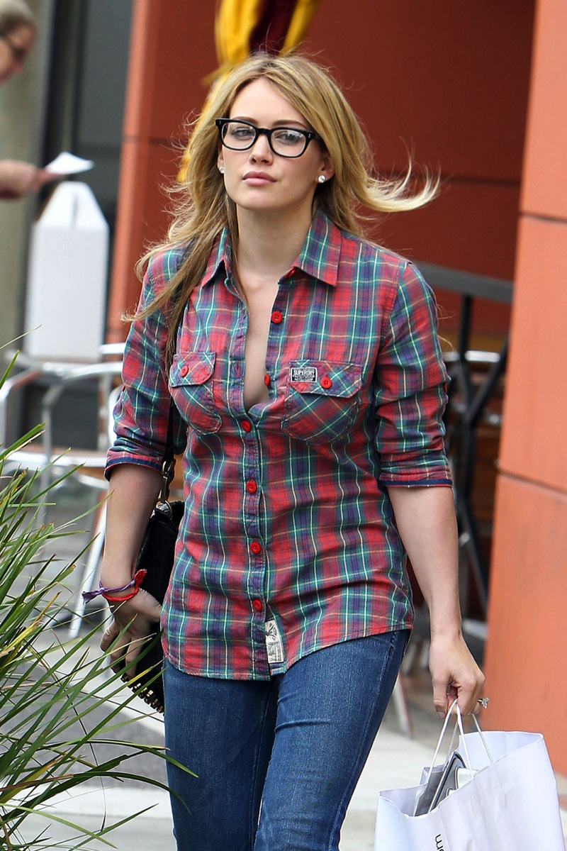Hilary Duff 2010 : hilary-duff-cleavage-candids-in-glasses-06