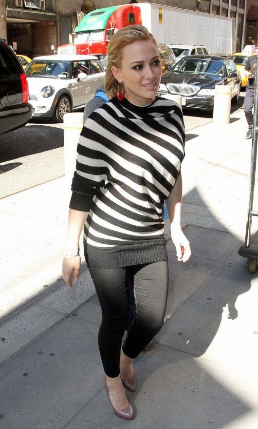 hilary-duff-in-tight-pants-candids-in-nyc-04