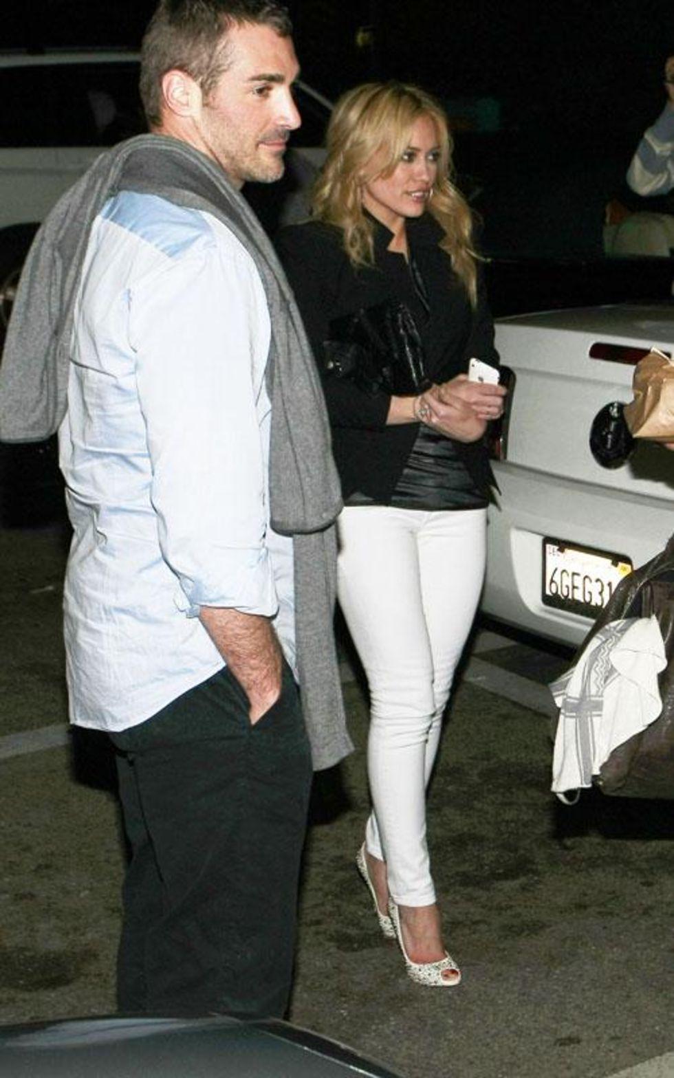 Hilary Duff 2010 : hilary-duff-leggy-in-white-tight-pants-01