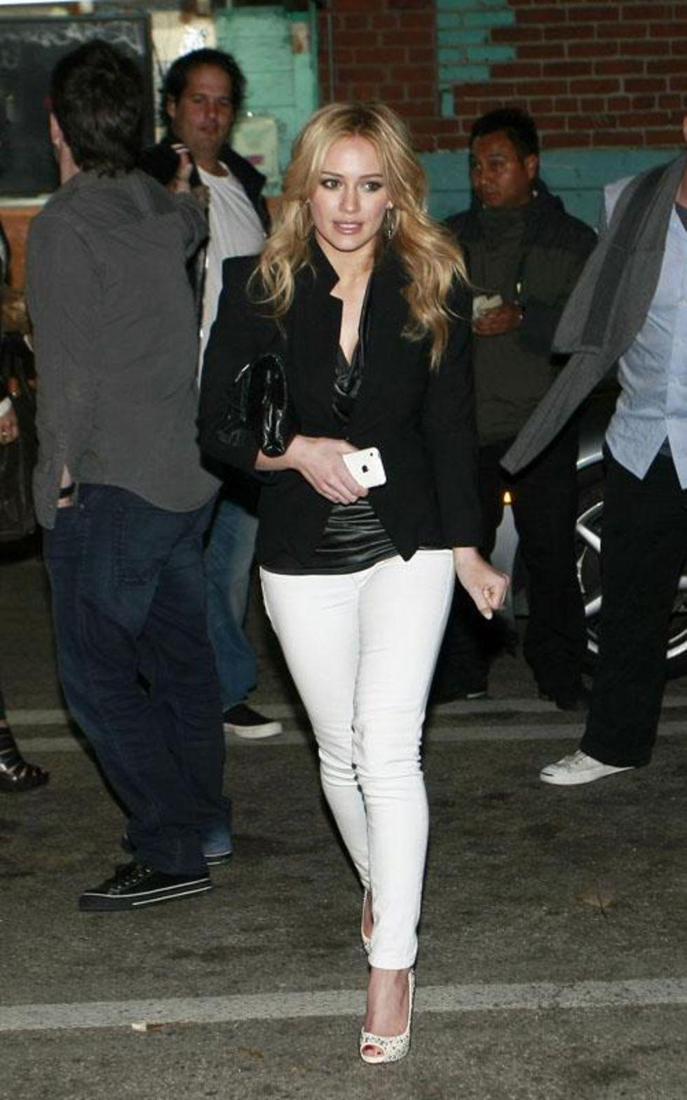 Hilary Duff 2010 : hilary-duff-leggy-in-white-tight-pants-05