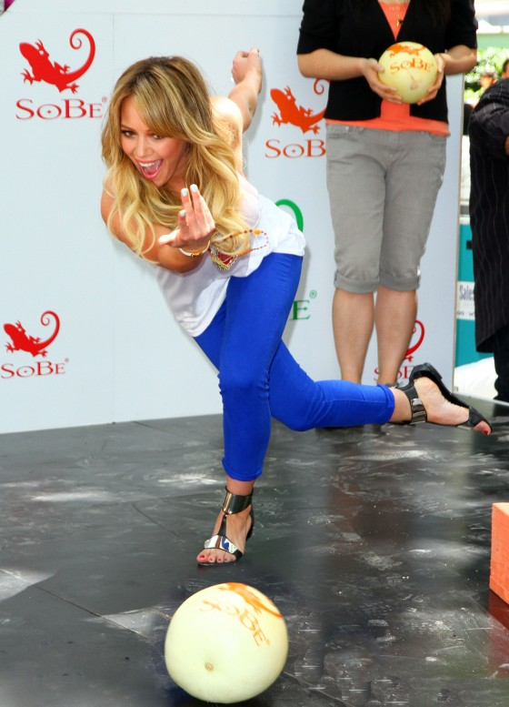 hilary-duff-sobe-life-water-event-in-nyc-05